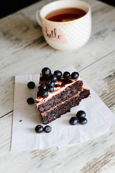 Zdrowy tort na urodziny! Czekoladowy fit tort z białym kremem [PRZEPIS]