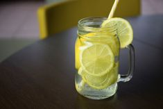 You Need to Know About Lemon and Water Diet All the why's, what's and how's- here's everything you need to know about the lemon and water diet!All the why's, what's and how's- here's everything you need to know about the lemon and water diet! Warm Lemon Water, Drinking Lemon Water, Mint Water, Belly Fat Burner Workout, Flat Belly Foods, Bloated Belly, Natural Home Remedies, Detox Drinks, Nutrition