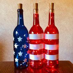 Patriottische wijnflessen met of zonder Twinkle Fairy Lights Powered by Cork, Wine Bottle Decor, Pa Liquor Bottle Crafts, Wine Bottle Art, Painted Wine Bottles, Lighted Wine Bottles, Diy Bottle, Bottle Lights, Decorated Wine Bottles, Crafts With Wine Bottles, Wine Bottle Decorations