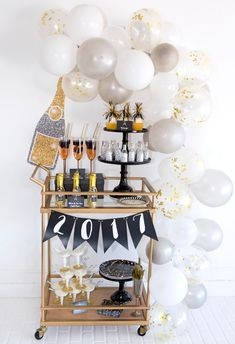 This is the easy way to make a balloon garland. No wire or hot glue is needed! This easy DIY balloon garland is a great New Year's Eve party decoration. Nye Party, Festa Party, Gold Party, Balloon Garland, Balloon Decorations, Table Decorations, Deco Nouvel An, Silvester Diy, Party Silvester