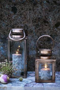 Lanterna Brenton di Broste Copenhagen color rame. Questa lanterna delle forme tradizionali ha un look moderno e contemporaneo visto la finitura in rame e vetro perciò è perfetta per questa stagione! Broste è una dei brand principali della Scandinavia e la gamma di loro prodotti è di alta qualità e con design Nordico.  Dimensioni: 12x12x19cm.  Disponibile la taglia piccola. - 24.00€