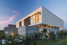 Amado Cattaneo Arquitectos Casa racionalista - Portal de Arquitectos Piscina Interior, Concrete Houses, St Thomas, Ideas Para, Modern Design, House Design, House Styles, Golf Iv, Home Decor