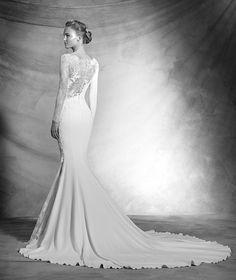 ATELIER PRONOVIAS 2016 Modelo 'Veda'. Vestido sexy de novia de crepe de estilo sirena de manga larga. Cuerpo de escote barco con aplicaciones de encaje chantilly y guipur. Juego de transparencias en manga y cuerpo. Desde 3.550,00 €*