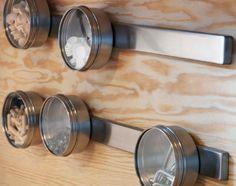 Récipients GRUNDTAL avec dos magnétique accrochés à un rail aimanté