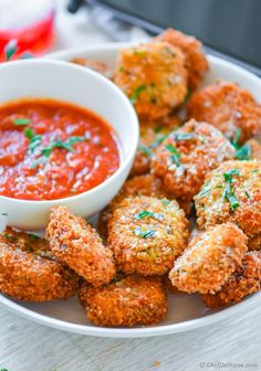 Lasagna Bites - deep fried crispy lasagna pasta pieces with marinara sauce. A delicious and easy appetizer to serve for movie or game night! Yummy Appetizers, Appetizer Recipes, Lasagna Bites, Fried Lasagna, Movie Night Snacks, Game Night, Budget Meals, Food Hacks, Healthy Recipes