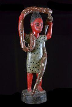 """Mami Wata : son nom est une adaptation de langlais mommy water : c'est la déesse-mère des eaux, figure mythique et très populaire du culte Vaudou (religion officielle au Bénin). L'origine du serpent serait le fait d'une reproduction couleur venue d'Allemagne,"""";le charmeur de serpent""""; du peintre hambourgeois Arnold Schlesinger, selon le livre """"Vaudou"""" de Gert Chesi. Il nest pas un temple dédié à Mami Wata où ne figure ce thème."""