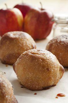 Bereiden: Verwarm de oven voor op 200°C. Schil de appels, boor het klokhuis eruit, en vul de holtes op met 1 eetlepel kristalsuiker en 1/2de theelepel kaneel per appel. Neem een blaadje bladerdeeg en plaats de appel in het midden. Bevochtig de binnenkant van de 4 hoeken en vouw de hoeken naar elkaar toe. Kleef de hoeken aan mekaar vast. Bestrijk de appelbol bovenaan met wat losgeklopt ei en bestrooi met poedersuiker. Plaats de appelbollen op een ovenplaat met bakmatje of bakpapier, en bak 20…
