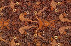 Toko Online Batik Kendal – Motif batik pringgodani ini disebut karena batik ini menonjolkan warna-warna gelap seperti biru indigo, soga coklat dan diselingi dengan naga pada saluran kecilnya. Dengan adanya perpaduan warna yang gelap, motif batik jeni ini dapat membuat penampilan pemakainya akan tampil lebih elegan dan tegas.