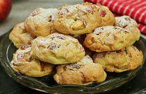 Reteta de biscuiti fragezi cu mere care se topesc in gura Biscuits, Deserts, Muffin, Dessert Recipes, Meat, Chicken, Breakfast, Food, Kitchen