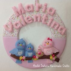 Guirlanda Porta de maternidade tema Família de Passarinhos para a Maria Valentina Baby Shawer, Felt Baby, Fun Crafts, Diy And Crafts, Felt Wreath, Name Banners, Cozy Blankets, Baby Decor, Fabric Covered