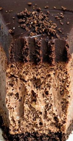 Insanely decadent Death by Chocolate Cheesecake features chocolate in FOUR forms: chocolate cookie crust, double chocolate cheesecake filling, with a chocolate ganache topping. Köstliche Desserts, Chocolate Desserts, Delicious Desserts, Dessert Recipes, Death By Chocolate Cake, Chocolate Chocolate, Health Desserts, Plated Desserts, Easy Chocolate Cheesecake Recipe