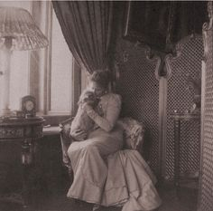 Empress Alexandra Feodorovna with Eira, her Scottie dog. 1900. According to Anna Vyrubova (a Lady-in-Waiting), Eira was a very unpleasant creature: it was always nipping at everyone's ankles. #Russian #history #Romanov