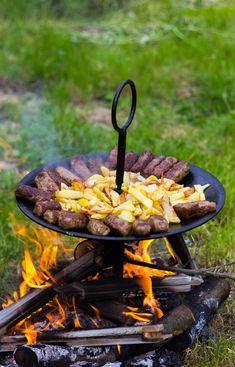 Leleményes nép a magyar, a vidéki meg pláne! Mindent hasznosít, még a szántáskor használt és lestrapálódott boronatárcsát is. A kerek formájú széles fémlapokon ugyanis nyílt tűz fölött parádés fogásokat lehet készíteni. Bbq Grill, Grilling, Iron Pan, Sweet Home, Outdoor Decor, Kitchen, Bar Grill, Cooking, House Beautiful