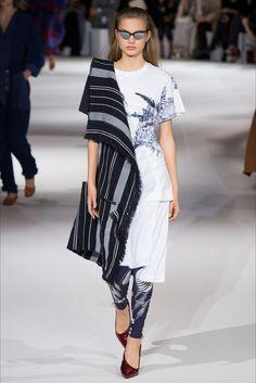 Guarda la sfilata di moda Stella McCartney a Parigi e scopri la collezione di abiti e accessori per la stagione Collezioni Primavera Estate 2017.