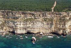 De la Costa de la Muerte a La Gomera y del cabo Formentor a Barbate, en Cádiz. Balcones escalofriantes desde los que asomarse al mar infinito.Barbate