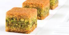 معمول مد بالفستق Arabic Dessert, Arabic Sweets, Arabic Food, Ramadan Sweets, Ramadan Recipes, Lebanese Desserts, Lebanese Recipes, Armenian Recipes, Armenian Food