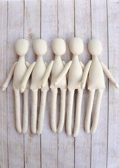 Cuerpo de la muñeca en blanco está listo para sus ideas interesantes. Preformas de muñeca de trapo rellenas. Cuerpo está hecho de calico y se llena con relleno de fibra de poliéster hipoalergénica. Puede terminar esta muñeca a tu gusto, hacer un peinado, pintar una cara y hacer una prenda de vestir. Esta preforma será interesante para aquellos que no se puede hacer un cuerpo de muñeca. Altura de la muñeca es de 13,5 pulgadas (34cm) El precio es de 5 cuerpos de muñeca. 1 doodah que uste...