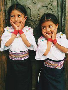 Lindas niñas otavaleñas ♥. Su madre les bordó sus blusas.
