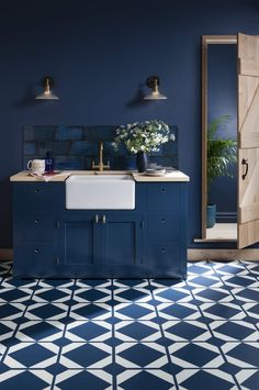 Classic Blue : Pantone Colour of the Year Create a bold statement by using Classic blue throughout your kitchen. Geometric vinyl flooring, blue walls, blue tiles and blue kitchen cabinets. Blue Kitchen Cabinets, Kitchen Tiles, Kitchen Flooring, Kitchen Furniture, Kitchen Decor, Island Kitchen, Bathroom Vinyl, Bathroom Floor Tiles, Bathroom Layout
