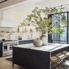 Love this kitchen inspiration What do you think? Home Decor Kitchen, Kitchen Interior, Home Kitchens, Home Design, Home Interior Design, Interior Design Island Style, Appartement New York, Beautiful Kitchens, Home Decor Inspiration