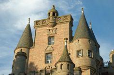 """Glamis Castle - Glamis Castle gehört zu den eindrucksvollsten Schlössern in #Schottland. Als Schauplatz von Shakespeare's legendärem Macbeth hat die Festung sich einen Namen gemacht. Außerdem verbrachte """"Queen Mum"""" in der mächtigen Festung mit den Spitztürmen und malerischen Zinnen  ihre Kindheit. Glamis Castle wurde im 14. Jahrhundert errichtet und im Laufe der Jahre immer weiter ausgebaut."""