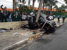 Acidente deixa três mortos e seis feridos na Marginal Tietê em SP Um acidente na Marginal Tietê, em São Paulo, deixou três mortos e seis feridos por volta das 4h deste sábado (12). De acordo com a Companhia de Engenharia de Tráfego (CET), o carro, um Fiat Idea, que levava as nove pessoas, estava em alta velocidade e colidiu contra um poste. O acidente ocorreu no sentido do bairro da Lapa, antes da ponte do Tatuapé.  Os três homens morreram presos entre as ferragens.