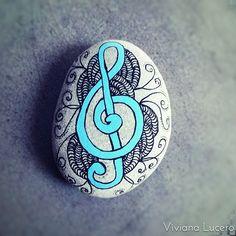 Clave de Sol  #paintedrocks #paintedstones #paintedpebbles #pebbles #guijarros #tasboyama #piedras #clavedesol  #piedraspintadas #music #musica #compañero #vida #artisan #hechoamano #azul #blue #artisan #art #design #creatividad #creation #hechoamano #manualidades