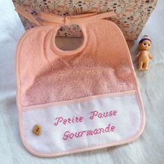 Bavoir pour bébé broderie faite main , tissus éponge 100% coton : Puériculture par zeste-de-broderie