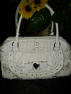 Guess handbag V Pretty 4 Pretty lady white leather free ship 4 $ 59.99 newt size lens 12' w 17' stra