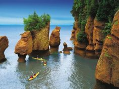 Bay of Fundy, Nova Scotia, Canada. (To get exactly here - Hopewell Rocks- you need to go through New Brunswick!) Tide changes every 6 hours. High and low tide vary by 50 feet, the greatest height in the world. Nova Scotia, Places To Travel, Places To See, Places Around The World, Around The Worlds, Hopewell Rocks, New Brunswick Canada, St John New Brunswick, Brunswick Maine
