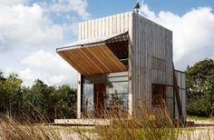 Kein Wohnwagen, aber auch keine feste Strandbehausung: Dieses Haus im natürlichen Holz-Look lässt sich auf Wunsch bewegen.