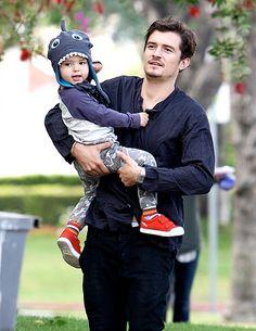 Orlando Bloom and son Flynn (in a cute shark hat) Orland Bloom, Cute Celebrities, Celebs, Miranda Kerr Orlando Bloom, Hobbit, Hot Dads, Hollywood Men, Celebrity Kids, Raining Men