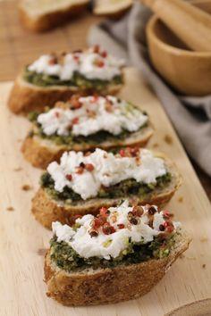 Tostada com pesto, anchova e queijo de cabra                                                                                                                                                                                 Mais