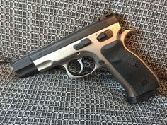 CZ 85 COMBAT - Prodám výše uvedenou pistoli, jsem druhý majitel. Má za sebou do 2000 ran, bez vůlí, bez škrábanců, nikdy nenošená. Komplet balení. 2 zásobníky, kufr, papíry atd. Gumové střenky a bodky zásobníků, půvoudní k tomu. Mikrometrická mířidla. Přidám světlovodnou mušku a pouzdro dasta. Prodej oproti ZP a NP. Možnost vyzkoušení na střelnici v Liberci na náklady kupujícího.https://s3.eu-central-1.amazonaws.com/data.huntingbazar.com/10186-cz-85-combat-pistole.jpg