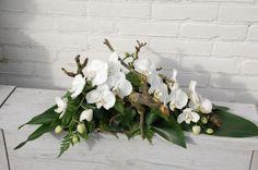 Rouwarrangement met witte orchideeen