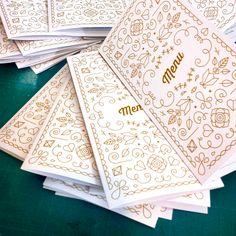 Préparation de commande. Menus de la collection Majestic disponibles ici : http://www.alittlemarket.com/faire-part/fr_menu_chic_dore_mariage_decoration_table_original_or_-9347705.html ©printyourlove - http://printyourlove.fr