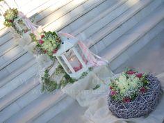 #στολισμος γαμου εξωτερικος με φαναρια με μπουκετα λουλουδιών και στεφανια μπαμπου με συνθεσεις λουλουδιών