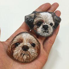 « 시츄 니키의 두가지 버전의 브로치 반려동물 손자수 브로치 주문문의는 인스타 다이렉트 or 카카오톡 : tweehana . #handembroidery #embroidery #handmade #hoopart #dog #brooch #shitzu #손자수 #자수 #빈려견… » Pebble Painting, Pebble Art, Stone Painting, Painted Rock Animals, Hand Painted Rocks, Portrait Embroidery, Embroidery Art, Rock Painting Designs, Pet Rocks