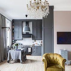 En av fördelarna med ett Himlekök är att köket skräddarsys helt efter varje projekts unika förutsättningar. Här har man öppnat upp mellan vardagsrum och kök och utnyttjat den imponerande takhöjden genom att bygga hela vägen upp till tak. • Fler bilder på @alvhem där denna härliga våning nu ligger till salu. Foto @cimek och styling Linda Leyon. Härlig spis i mattsvart från @bertazzoniitalia och matchande fläkt från @fjaraskupan Montage av @mattiasdesignwork • • • • #himlekök #himlekok…