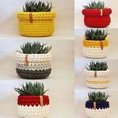 Como Fazer Cesto de Fio de Malha: 31 Estilos com Passo a Passo Mode Crochet, Crochet Diy, Crochet Gifts, Crochet Ideas, Crochet Bowl, Crochet Basket Pattern, Crochet Patterns, Crochet Baskets, Knit Basket