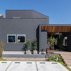 建築家と建てる家を身近に、手軽に R+house(アールプラスハウス)の建築実例です。人が大勢集える開放的なLDKは、視線が全体的に届き空間の広さを感じることができます。キッチンを中心に、外... Japanese Architecture, Architecture Design, Archi Design, Exterior Paint Colors, Home Fashion, House Plans, Home And Garden, Cottage, House Design