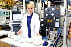 """Tela sustentable hecha enteramente de leche, invención de diseñadora y bioquímica alemana    Anke Domaske, bioquímica y diseñadora, da a conocer """"Qmilch"""", una tela hecha de leche orgánica no apta para consumo humano que tiene el aspecto de la seda y las propiedades del algodón."""