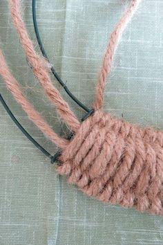 Diy Yarn Wreath, Twine Wreath, Wreath Crafts, Yarn Crafts, Wreath Ideas, Twine Crafts, Crochet Wreath, Gift Crafts, Quick Crafts