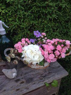 Blomsterarrangemang i trädgården.