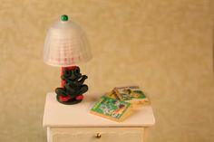 Lastenhuoneen pöytälamppu     Veikeä pöytälamppu nykyaikaiseen lastenhuoneeseen.           Materiaalit   - muovinen kuulakärkikynä   - B...