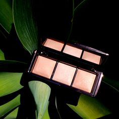 Ambient Lighting Palette contains 3 powders that mimic universally flattering light sources.