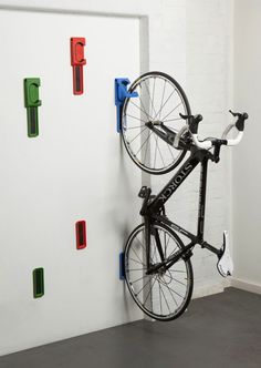 17 Amazing Bike Storage Ideas You Just Have To See Amazing space-saving bike helmet storage ideas for small room and apartments. These indoor bike storage solutions are for pedal pushers who can't part with their bike. Bike Storage Uk, Vertical Bike Storage, Indoor Bike Storage, Garage Storage, Diy Storage, Storage Ideas, Garage Organization, Organization Ideas, Bike Storage Small Space