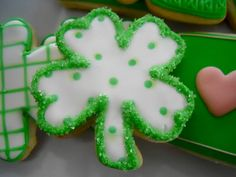 Learn how to make easy St Patricks Day Treats Kids will love - Sugar Cookies! These are super delicious desserts that wll keep everyone hapy over the festive fun! St Patrick's Day Cookies, Cute Cookies, Easter Cookies, Holiday Cookies, Holiday Treats, Iced Sugar Cookies, Royal Icing Cookies, Cupcakes, Cupcake Cookies