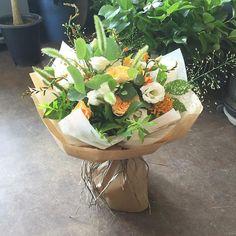 오렌지와 화이트로 상큼하게 만든 꽃다발. .. :D  담에 또 뵈어요.. 헤헤헤 · · · · #꽃 #꽃스타그램  #플라워  #꽃선물…