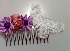Modelo Auretta Siguiendo nuestra colección con mariposas de encaje de Brujas tenemos esta delicada peina que mezcla rosa vivo y malva. Una mezcla que aporta color y fuerza a la delicadeza del encaje en tono blanco. #mariposa #tocado #flores #encaje #boda